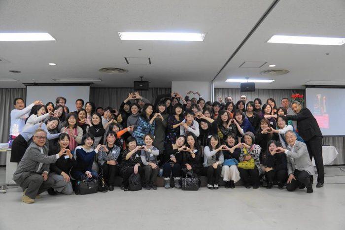岡田光世の楽しく生きる10の方法 講演会後の懇親会の集合写真