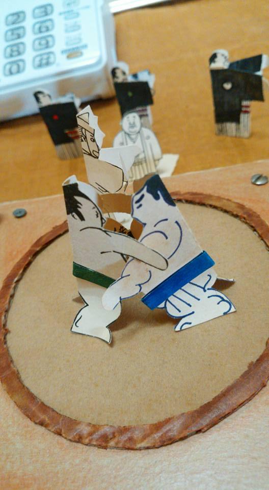 紙相撲の横綱同士の取り組み。