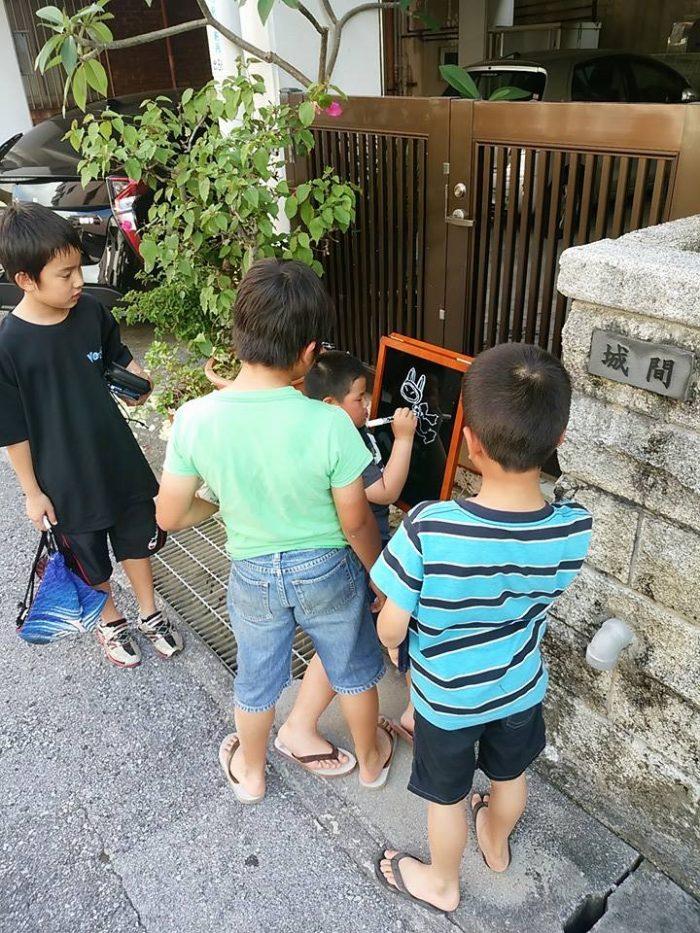設置してすぐの時は近所の小学生がブラックボードに興味津々で、落書きしに来てくれた。